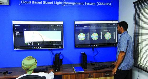 بلدية مسقط تعتمد نظام تحكم مركزيا ذكيا لشبكة الإنارة