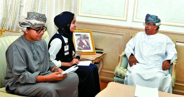 وزير الصحة يستقبل طالبين مشاركين في الاحتفال باليوم العالمي للطفل