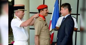 الحكومة الفرنسية تمنح رئيس أركان قوات السلطان المسلحة (وسام الشرف برتبة قائد)