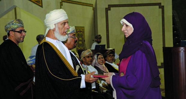 جامعة السلطان قابوس تحتفي بتخريج 1818 خريجاً وخريجة من طلبة الكليات العلمية