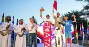 ختام مثير لمنافسات بطولة العالم لفورميلا التزلج المظلي بالموج مسقط