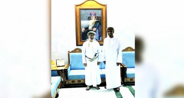وزير الدولة ومحافظ ظفار يستقبل الحكم الدولي أحمد الكاف
