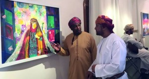 """""""الألوان تغني"""" .. رحلة فنية تجمع 4 تشكيليين عمانيين في مدارس مختلفة"""
