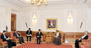 السلطنة واليابان تبحثان تعزيز العلاقات وتطوير التعاون الاقتصادي