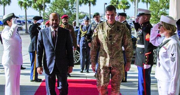 الوزير المسؤول عن شؤون الدفاع يلتقي قائد القيادة الوسطى الأميركية