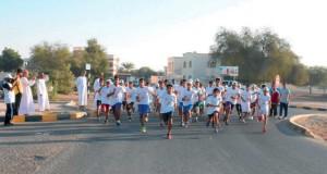طلاب المدارس يشاركون بـ(ماراثون الولاء) في صحار