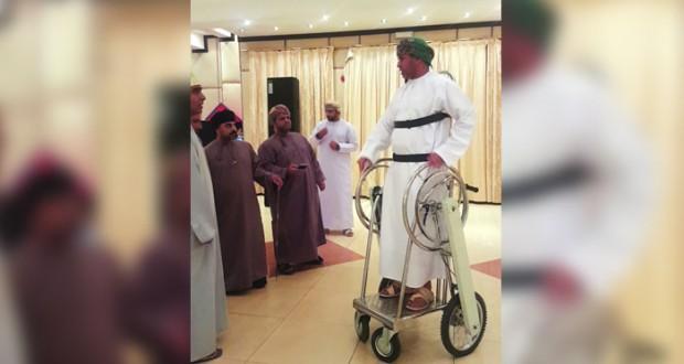 """خليفة الغداني يبتكر ناقلاً حركياً """"هيدروليكي"""" يخدم بعض الاًشخاص ذوي الإعاقة وكبار السن"""