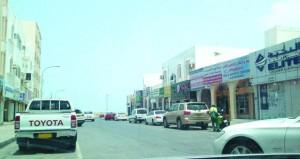 مرتادو سوق المعبيلة الجنوبية التجاري يطالبون بإعادة النظر في مواقف مركباته ومداخله ومخارجه