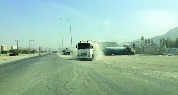 أهالي مناطق بوشر الواقعة على الطريق المتجه من والى الداخلية يطالبون بازدواجيته وتحسينه