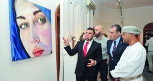 """13 لوحة بورتريه تجسد تعابير الوجوه النسائية والأزياء في معرض """"أفكار عشوائية"""""""
