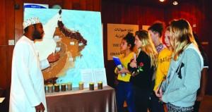 متحف التاريخ الطبيعي يقيم معرضا للتُربة في عُمان يصاحبه الرسم بأنواع مختلفة الألوان من التُرب