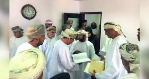 وزير الإسكان يطلع على سير العمل في إسكان البريمي