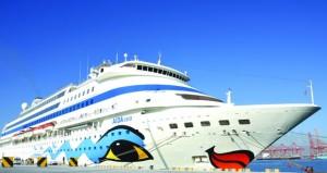 """السفينة السياحية الإيطالية """"ايدا كارا"""" ترسو بميناء صلالة وعلى متنها 1057 سائحاً"""