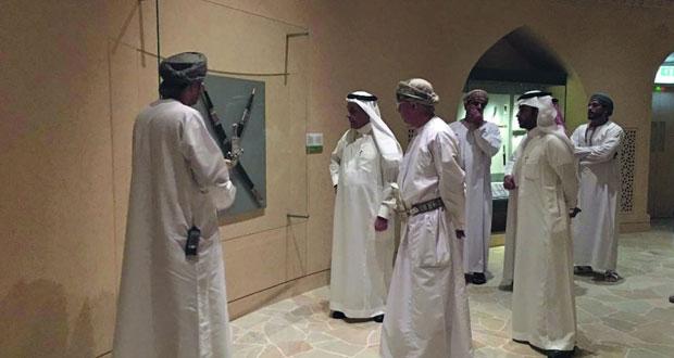 وفد سعودي يزور المتحف الوطني ويطلع على مقتنيات من التاريخ العماني
