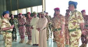 عدد من القادة العسكريين يتفقدون قاعدة أدم الجوية