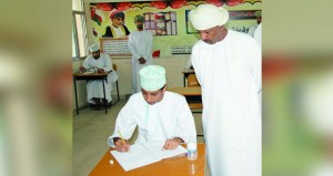 وكيل التربية للتخطيط التربوي يزور مراكز امتحانات الدبلوم العام بولايتي سمائل وبدبد