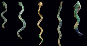 التنقيبات الأثرية تكشف العثور على 3000 رأس سهم و 10 مجسمات لأفاعي وجرتين فخاريتين ومجموعة كبيرة من الكسر الفخارية
