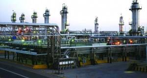 النفط يتراجع عن أعلى مستوياته والذهب يسجل رابع أسبوع من المكاسب