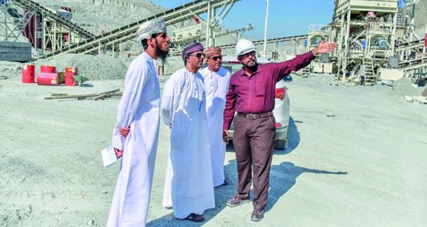 """المسؤولون في """"التعدين"""" و""""البيئة"""" يزورون جبل الشيخ بشمال الباطنة"""