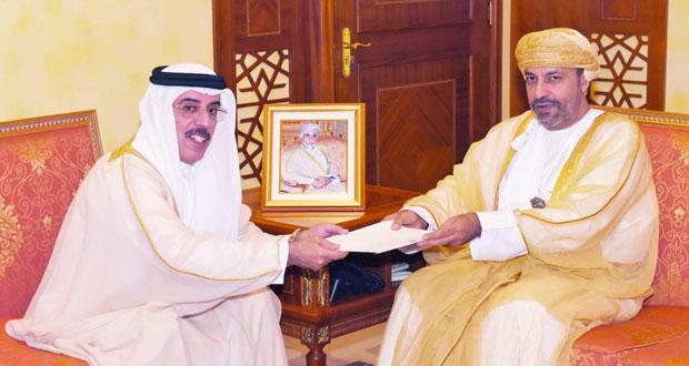 وزير الداخلية يتسلم رسالة من نائب رئيس مجلس الوزراء ووزير الداخلية الإماراتي