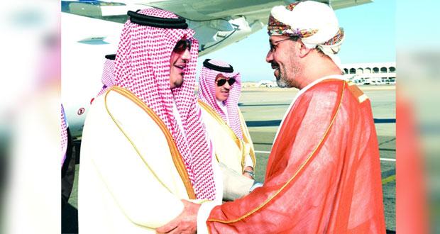 وزير الداخلية السعودي يصل السلطنة