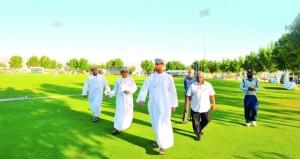 وزير الشؤون الرياضية يتفقد مشروعي نادي عمان للكريكت والمركز الرياضي بولاية العامرات