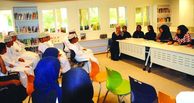 """مؤلفات """"الغد يأتي في الصباح"""" يقرأن قصصهن في مكتبة مدرسة السلطان"""