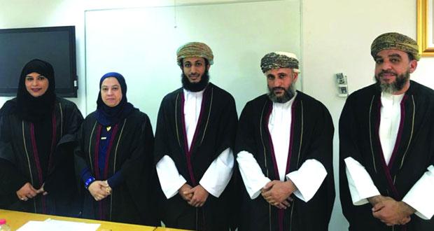 باحث يحصل على درجة الماجستير فـي علم اللغة من جامعة السلطان قابوس