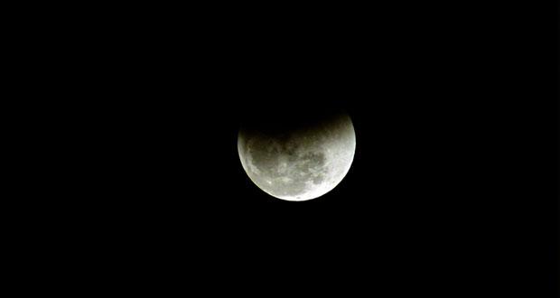 سماء السلطنة تشهد خسوفا كليا للقمر استمر لأكثر من ساعة