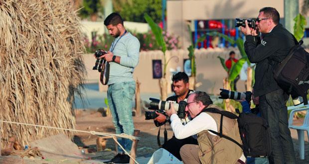 """عدسات مصوري ملتقى الـ """"الفياب"""" ترصد حياة الناس في أروقة القرية التراثية بالعامرات"""