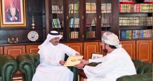 هيثم بن طارق يتلقى دعوة لحضور حفل افتتاح المكتبة الوطنية في دولة قطر