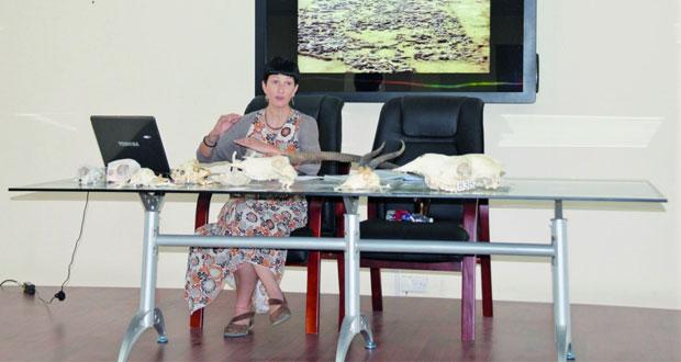 """باحثة من البعثة الإيطالية للتنقيبات الأثرية تقدم محاضرة حول """"مقدمة عن علم الآثار الحيوانية"""""""
