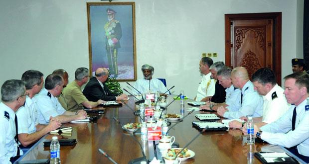 الأمين العام بوزارة الدفاع وقائد البحرية السلطانية يستقبلان وفد برنامج كابستون الأميركي