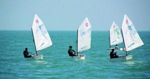 فريق الناشئين بعمان للإبحار يضع بصمة قوية في منافسات الأوبتمست بالكويت