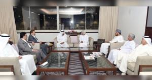 وزير الإعلام يلتقي فنانين كويتيين