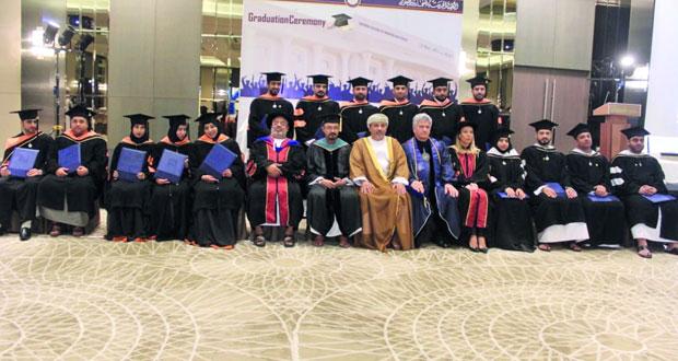 الكلية الحديثة للعلوم والتجارة تحتفل بتخريج 70 طالبا من حملة الماجستير