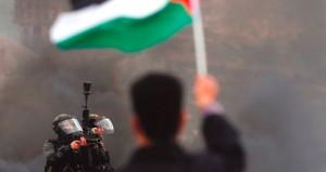 شهيد وعشرات الجرحى بمواجهات عنيفة مع الاحتلال في الضفة