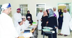 وزيرة التربية والتعليم تزور عدداً من مدارس السيفة ويتي بمسقط