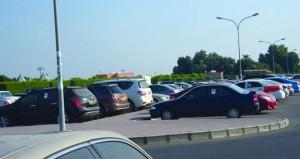بلدية مسقط تمنع ركن المركبات لمدة طويلة في مواقف متنزه حدائق الصحوة