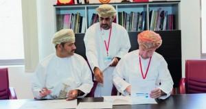 التوقيع على اتفاقية لإعارة جميع إصدارات السلطنة من الطوابع البريدية