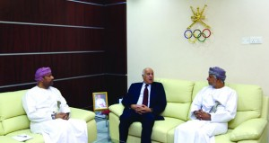 الزبير يبحث سبل التعاون مع رئيس اللجنة الأولمبية الفلسطينية