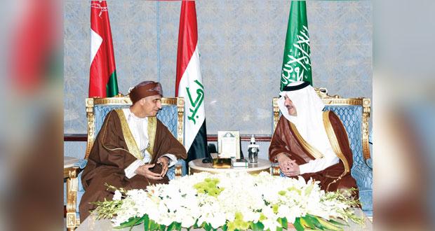 فهد بن محمود يصل الظهران لترؤس وفد السلطنة بالقمة العربية
