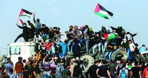"""آلاف الفلسطينيين يشاركون في """"جمعة الشباب الثائر"""""""