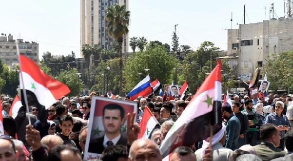 آلاف السوريين يتحدون الضربات الغربية  ويخرجون للشوارع تأييدا لرئيسهم وحكومتهم