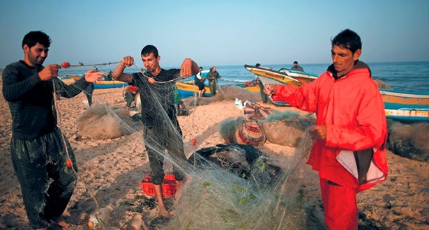 الاحتلال يستهدف بالرصاص صيادي غزة .. وينكل بالأسرى