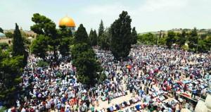 200 ألف فلسطيني يؤدون الجمعة الثانية بـ(الأقصى المبارك)