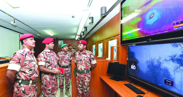 قائد الجيش يطلع على جاهزية وحدات الجيش لتنفيذ الخطط الموضوعة أثناء الإعصار