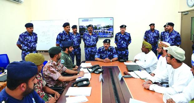 المفتش العام للشرطة والجمارك يلتقي بمجموعات عمل اللجنة الفرعية للدفاع المدني بظفار