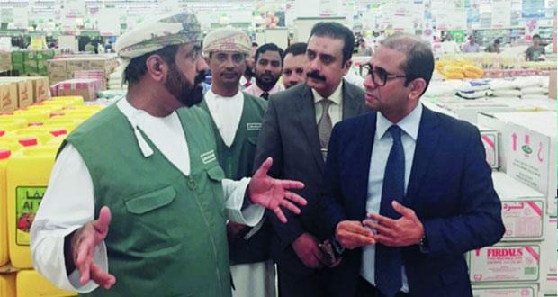 """رئيس """"حماية المستهلك"""" يزور عددا من الأسواق والمراكز والمحلات التجارية بصلالة"""