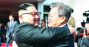 اجتماع مفاجئ بين زعيمي الكوريتين .. وترامب يتحدث عن فرصة لعقد القمة مع كيم